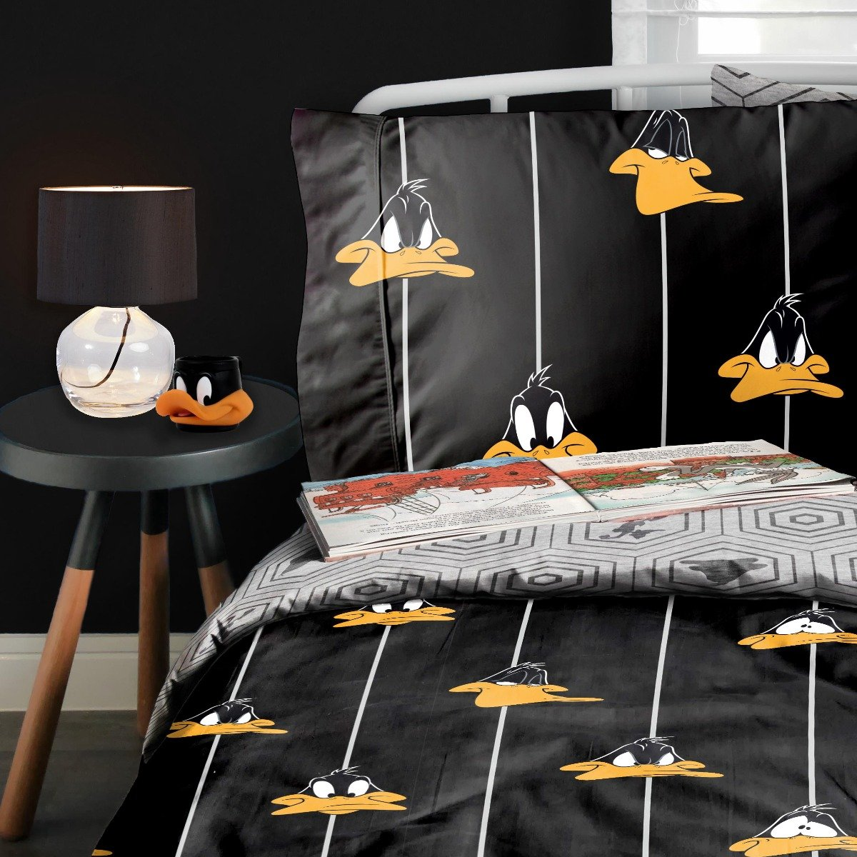 Looney Tunes Graphic Daffy Bedding - Reversible Duvet Cover and Pillowcase Set